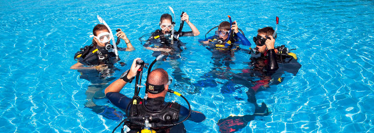 SSI Dive Control Specialist Instructor teaching confined water to SSI Open Water Diver Students